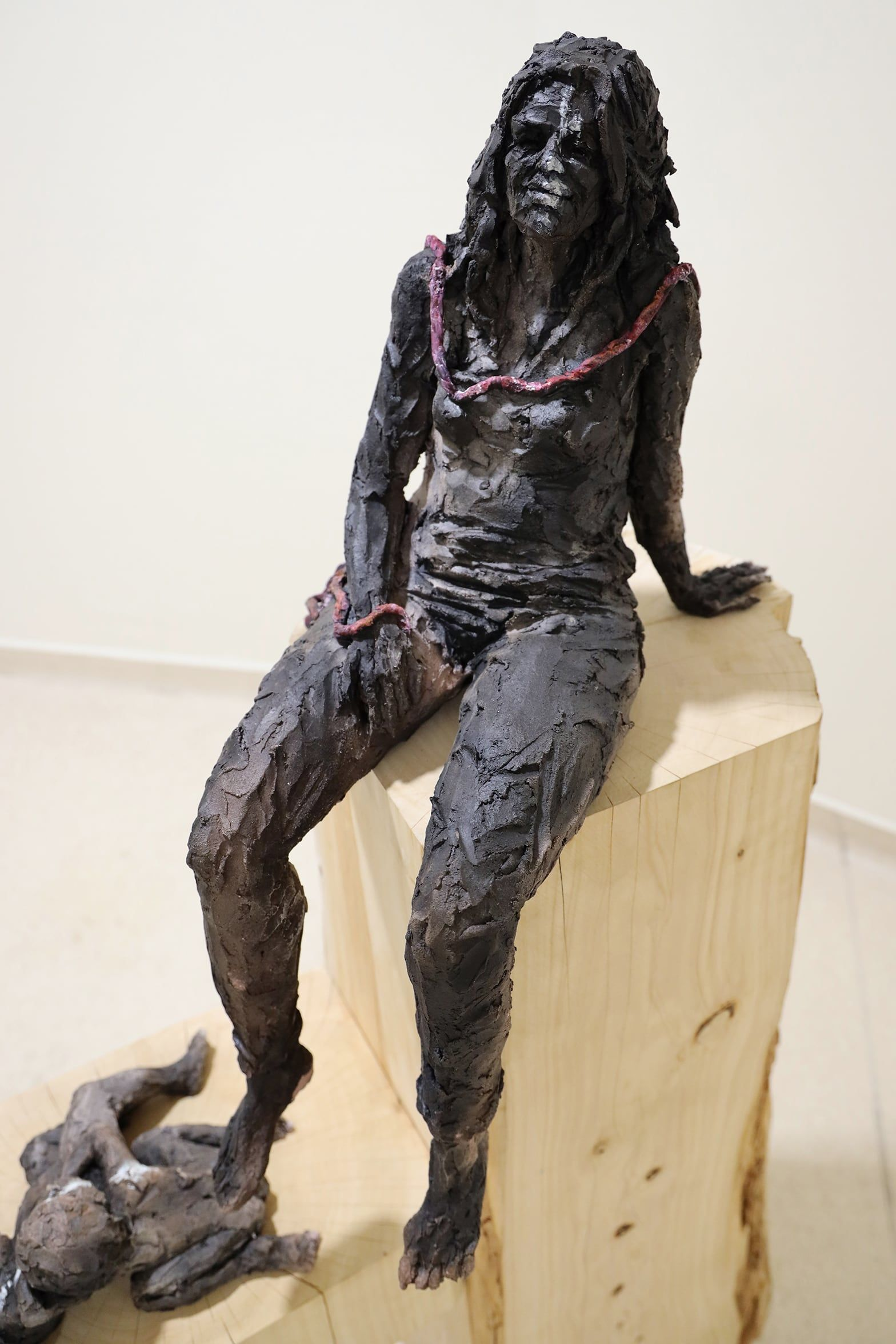 Woman with cord - Cécile Raynal - Sculpture