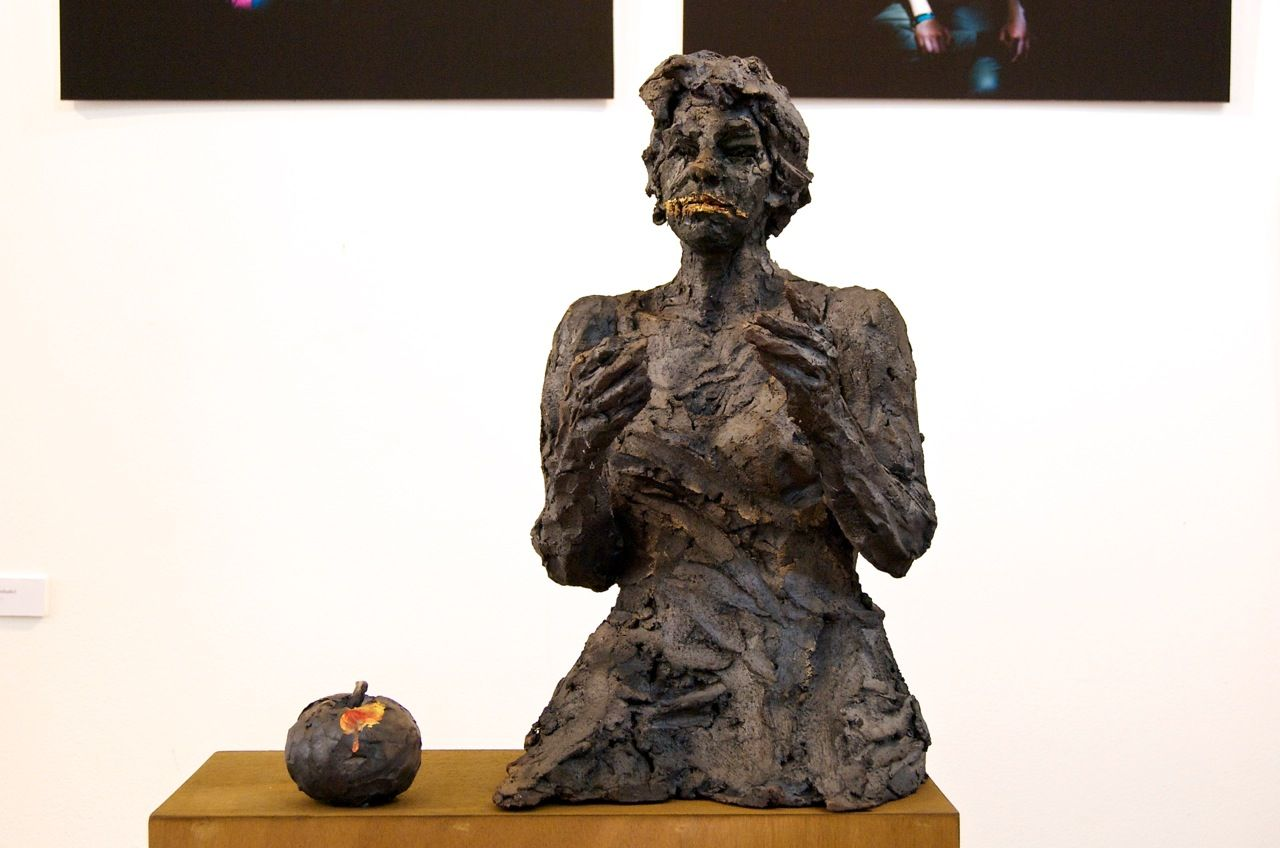 Queen with apple (with Nathalie),Cécile Raynal,Sculpture, detail 1
